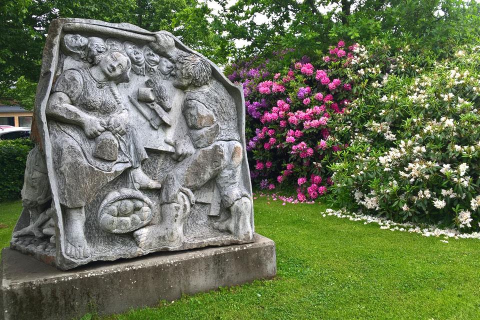 Скульптура в городском парке рододендронов