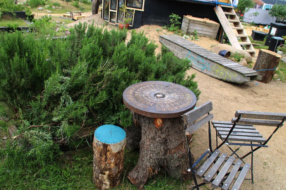 Самодельный стол и стул в парке
