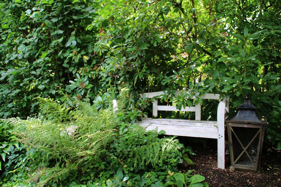 В глубине сада скамейка, где можно отдохнуть