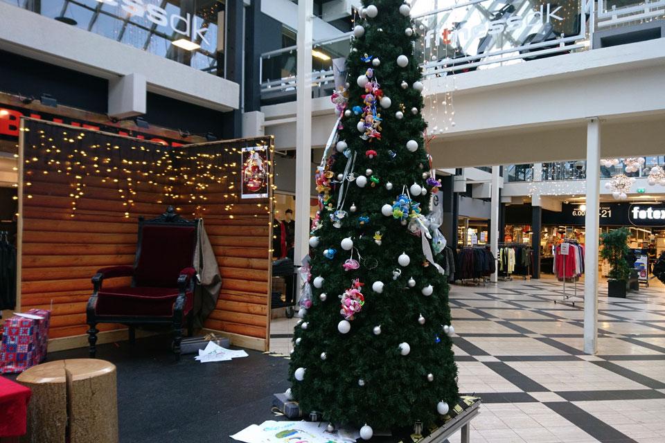 Дерево сосок в Дании - рождественская елка Viby Center