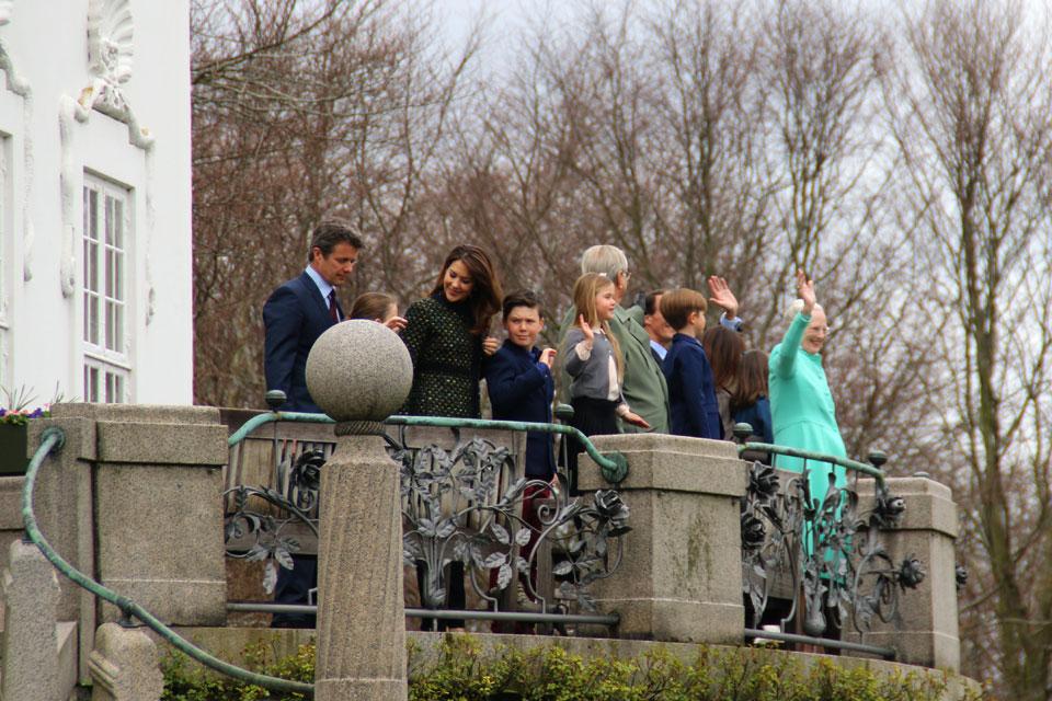 Королева приветствует гостей