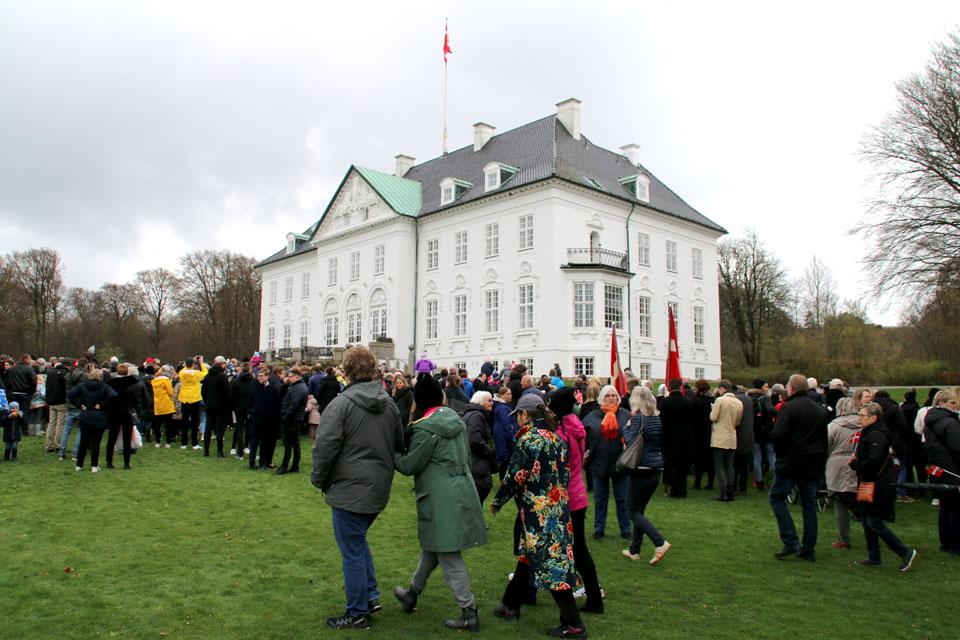 Жители Орхуса и туристы прибыли в королевский парк
