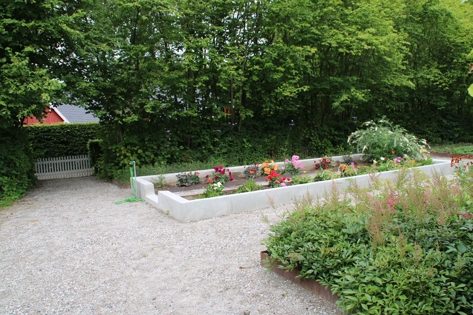 На грядках выращиваются и декоративные цветы