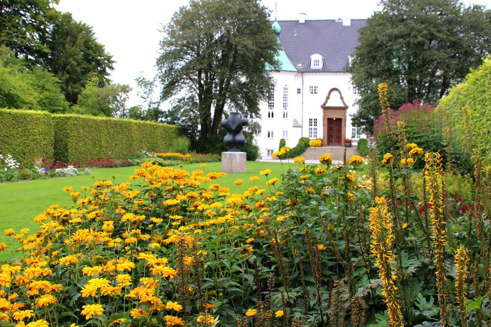 На газоне расположена скульптура Торсо / Torso, оторую сделал принц Хенрик