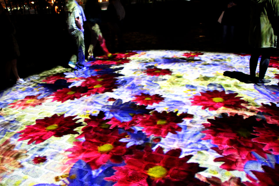 Цифровое цветочное поле перед старым кафедральным собором Орхуса