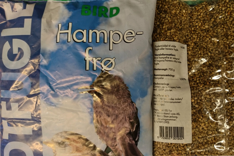 Корм для птиц с коноплей в магазине