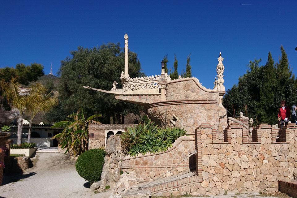 Замок Коломарес украшают корабли,