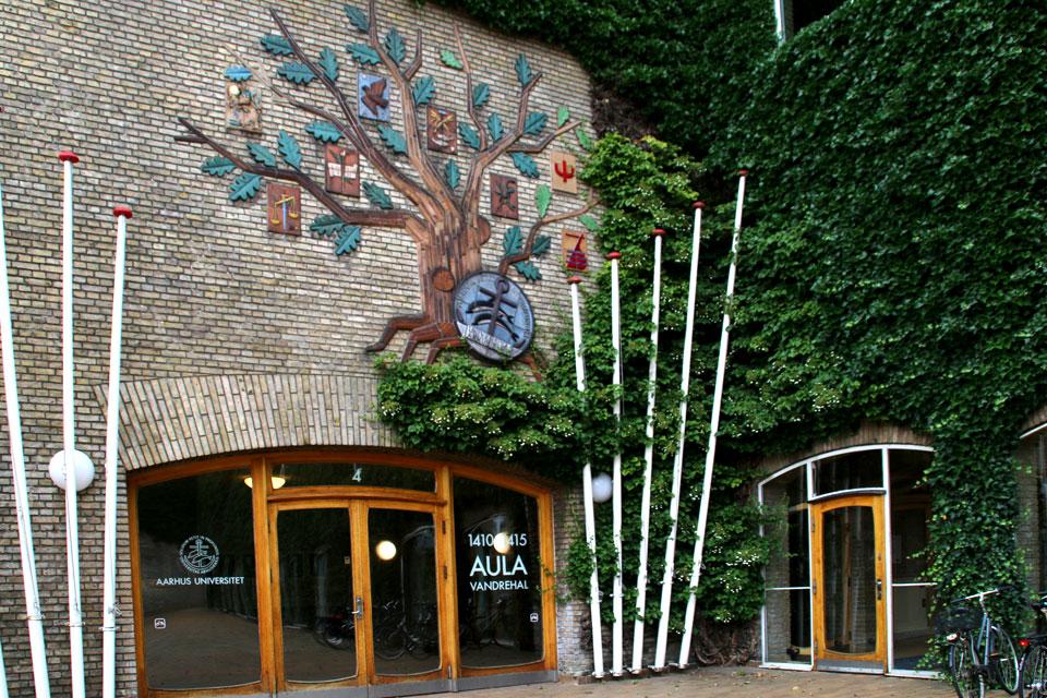 Дубовое дерево на стене главного здания Орхусского университета