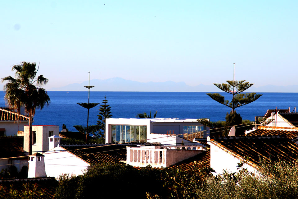 из окна видно побережье Африки с горами