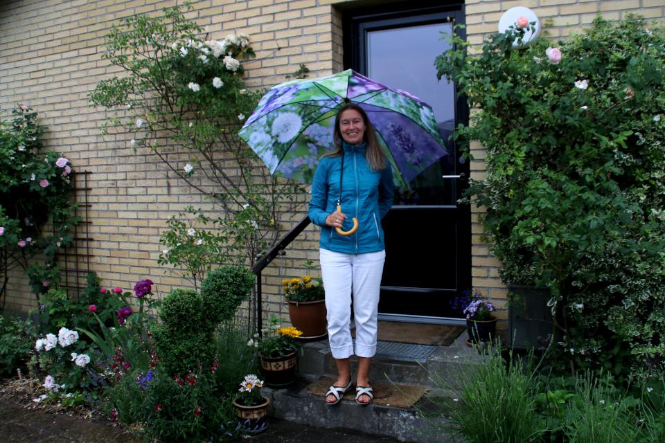 Патриция Катарина Йорк в своем саду Йорк, у входа в дом