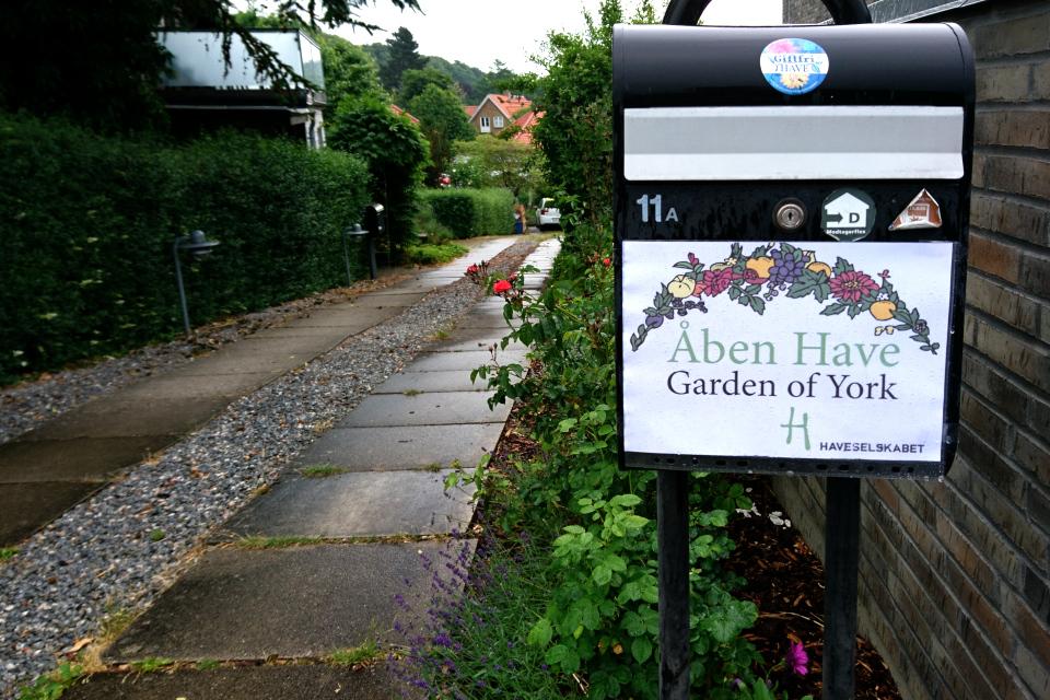 Объявление про открытый сад на почтовой ящике около въезда