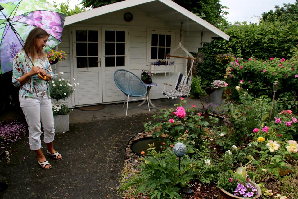 Цветочная клумба и гостевой домик у входа в дом