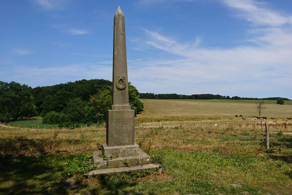 Этот памятник установлен в 1875 году на средства, собранные местными крестьянами