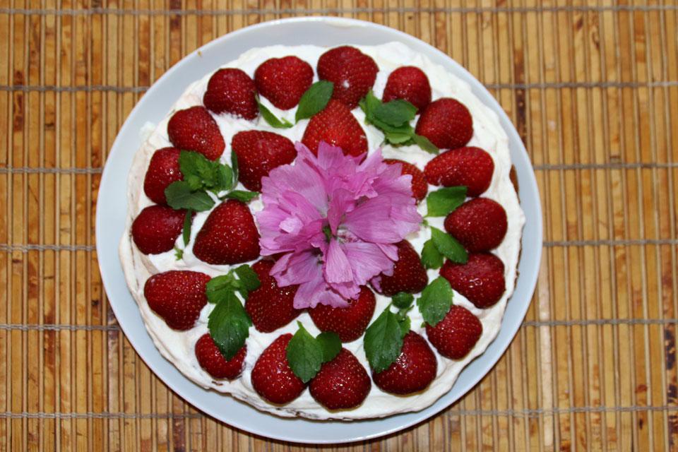 Цветками, собранными в саду, можно очень быстро и просто украсить десерт.