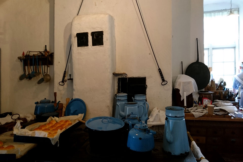 кухонная эмалированная посуда голубого цвета под названием Мадам Бло (Madam Blå)