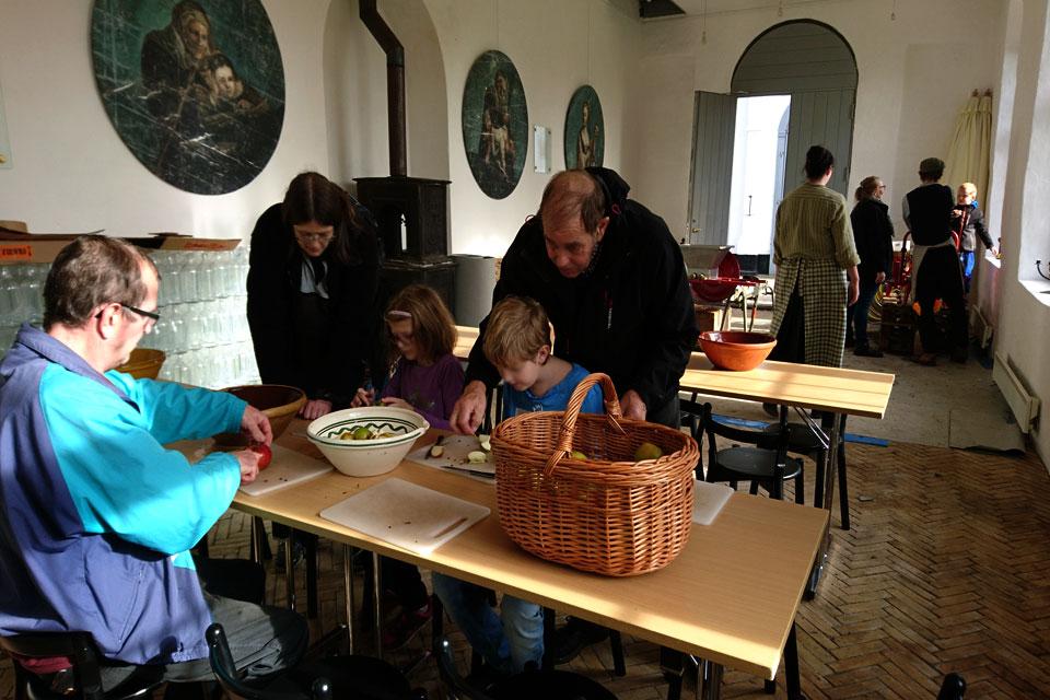 Изготовление самодельного яблочного сока на празднике яблок в Гаммель Эструп