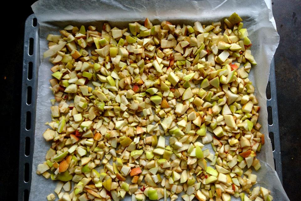 Нарезанные кусочки яблок готовы для сушки