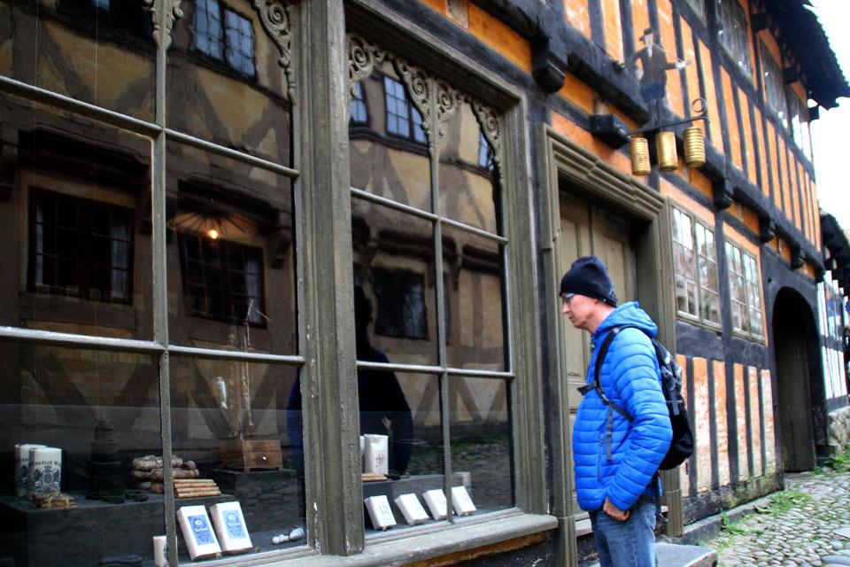 Витрина старого табачного магазина.