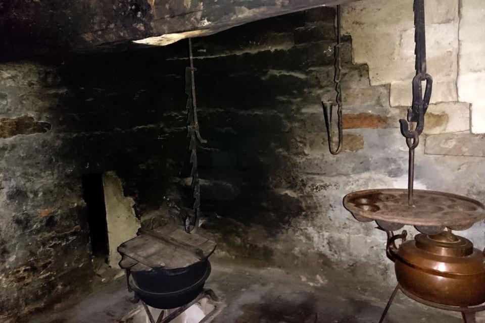 котел для приготовления еды и форма для яблочных пончиков до времен ренессанса