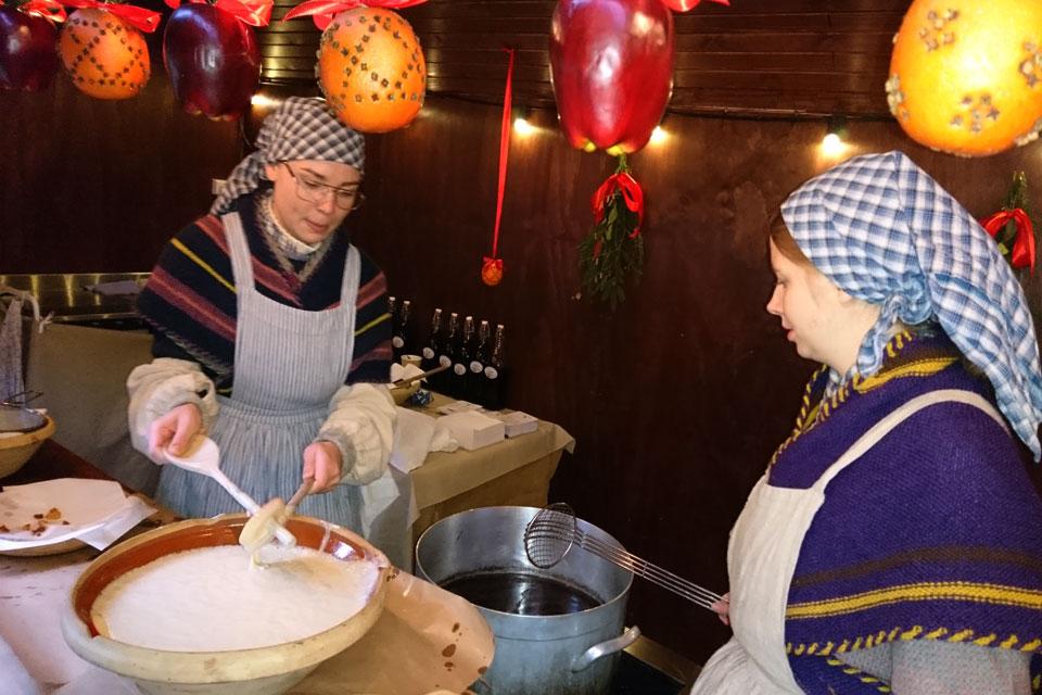 Ломтики яблок окунают в тесто, затем помещают с сильно разогретый жир