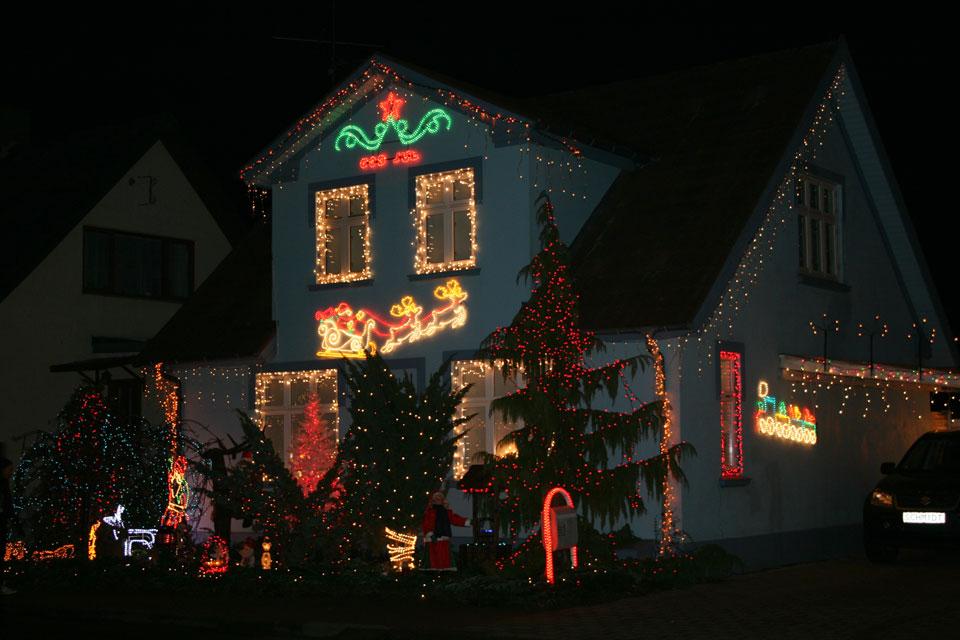 Самая украшенная на рождество улица - Санта Клаус на фасаде дома