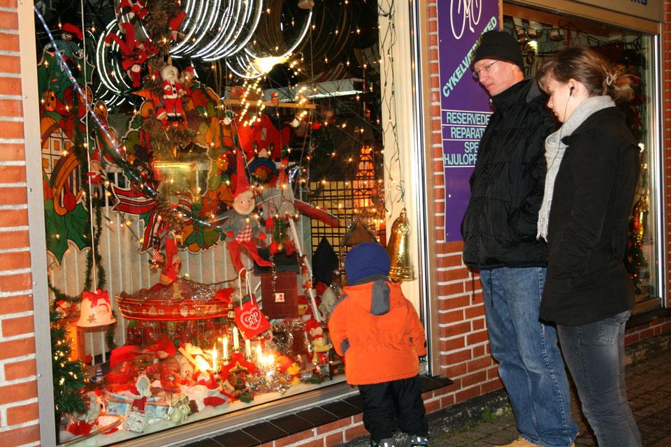 Витрина магазина с рождественскими украшениями