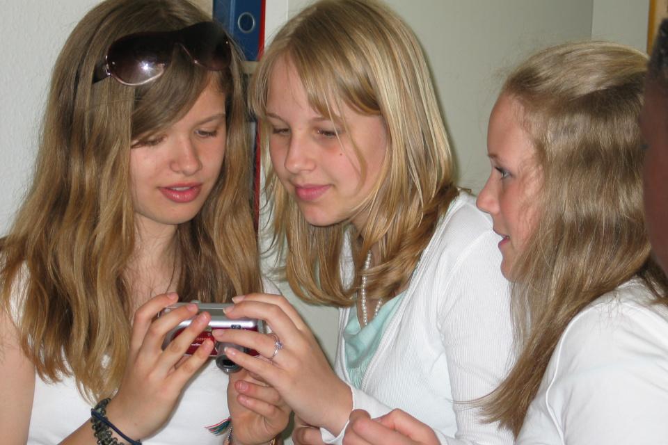 Моя дочка и ее подружки из спортивного клуба рассматривают конфирмационные подарки