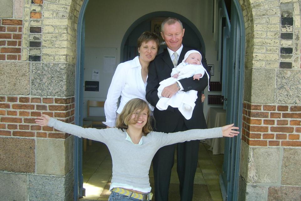 Семейная фотография у входа в церковь после обряда крещения моего сына