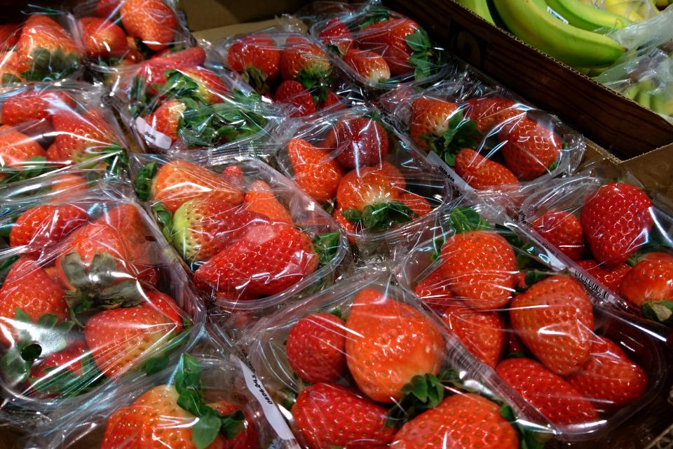Крупная, красивая, дешевая, безвкусная клубника в супермаркете