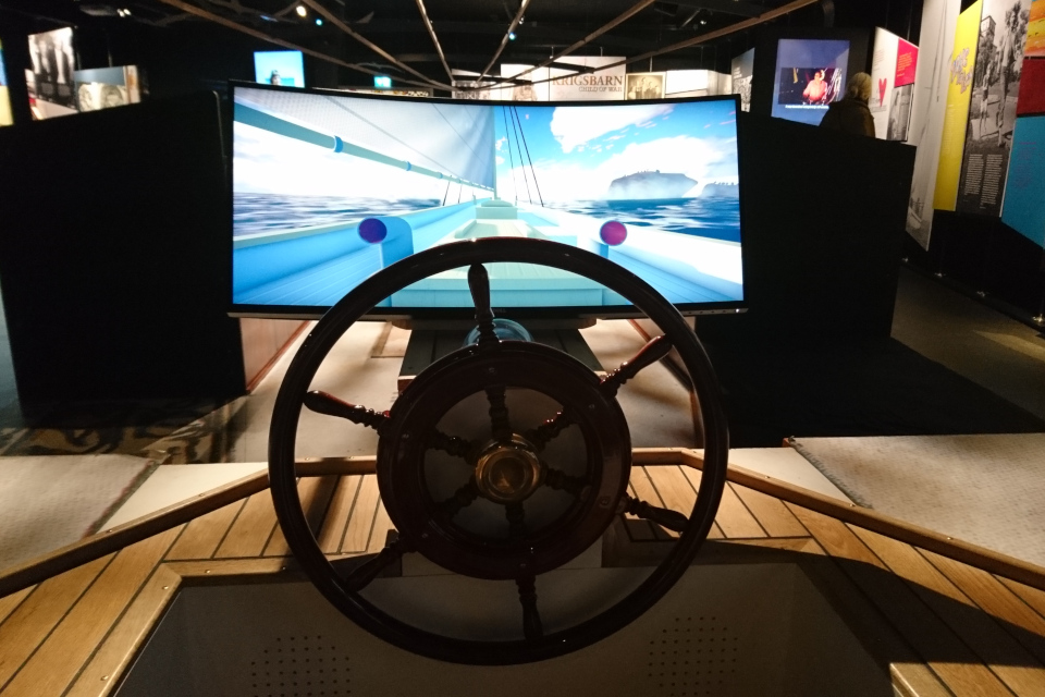 Копия части корабля на выставке со штурвалом и экраном