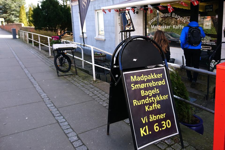 У входа в кафе Bel Dot, г. Хорсенс / Horsens, Дания