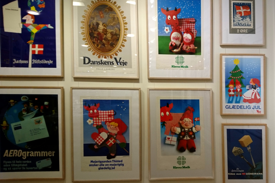 Выставка плакатов с флагом Дании Даннеброг