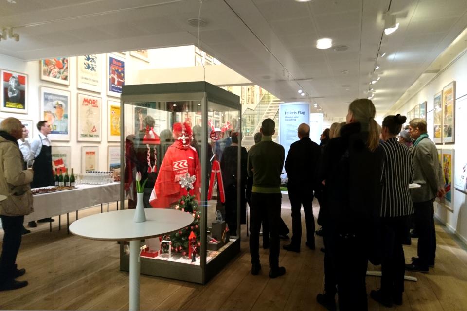 Пресс конференция на выставке плакатов с флагом Дании Даннеброг