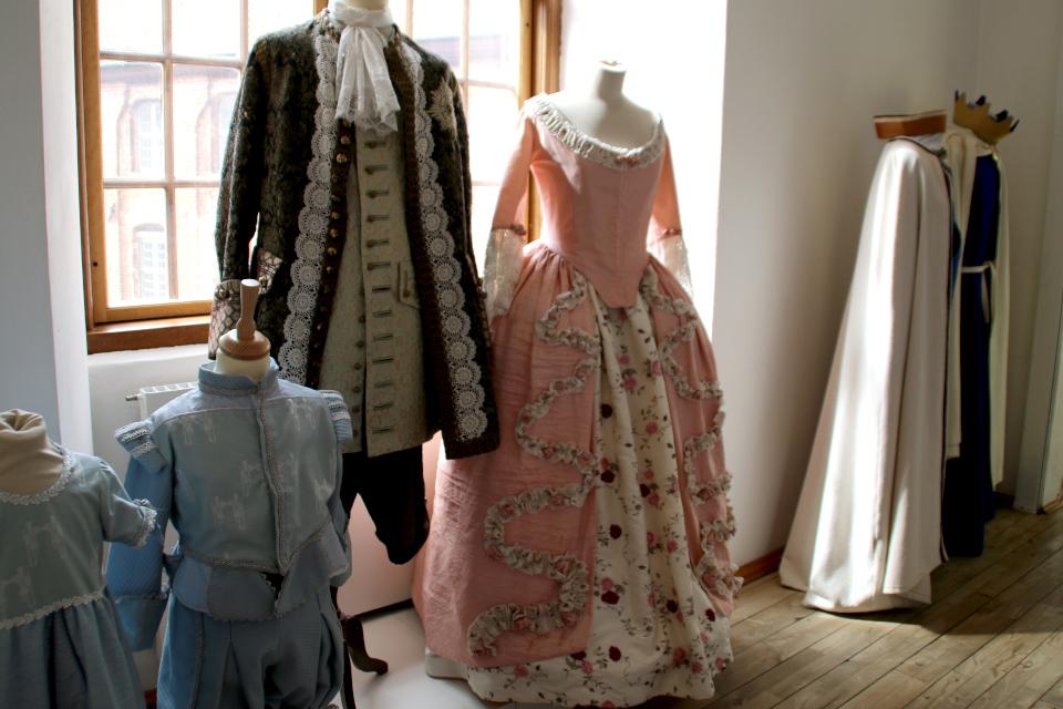 В конце 17 века придворные дворца могли носить одежду такого типа