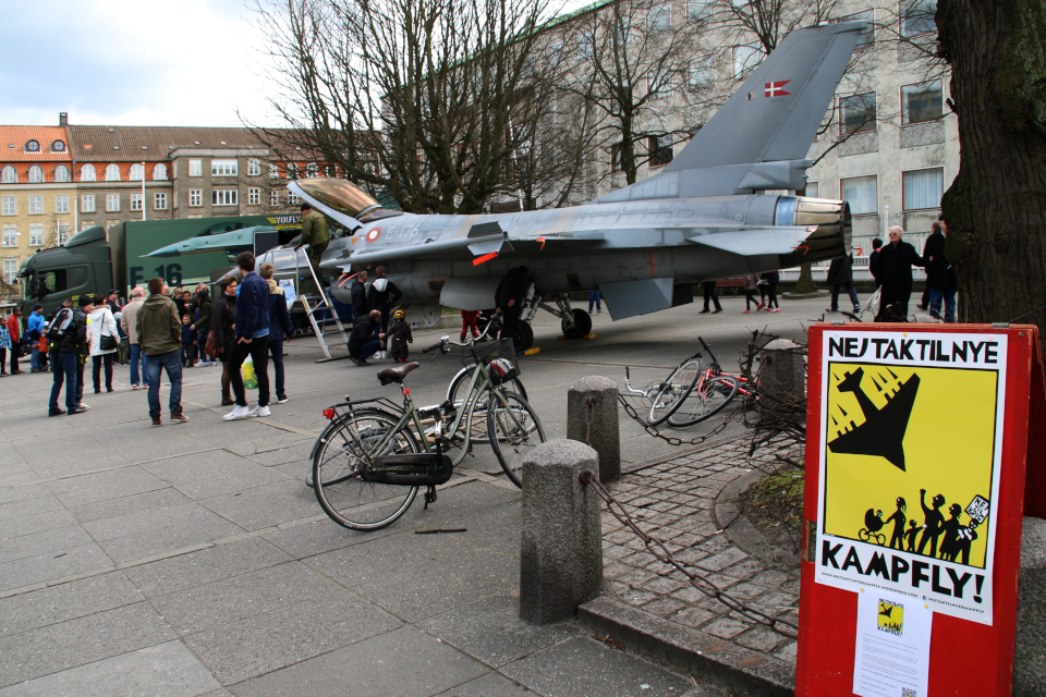 Военный самолет на площади возле ратуши г. Орхус