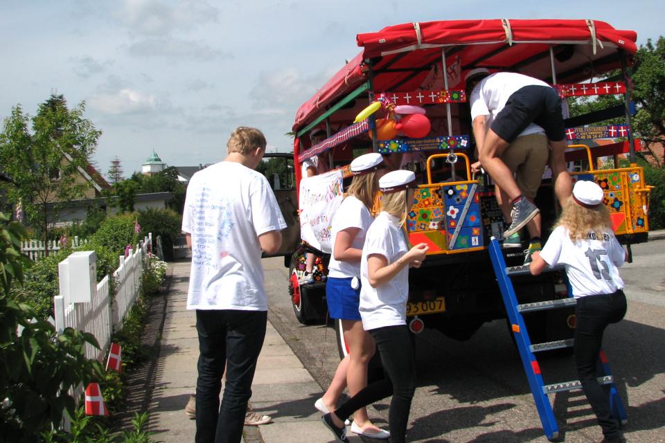 Выпускники загружаются в кузов грузовика