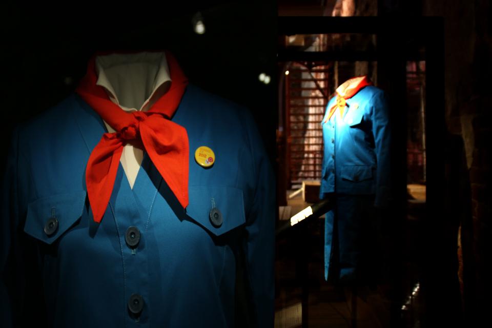 Униформа Бенедикты с красным галстуком