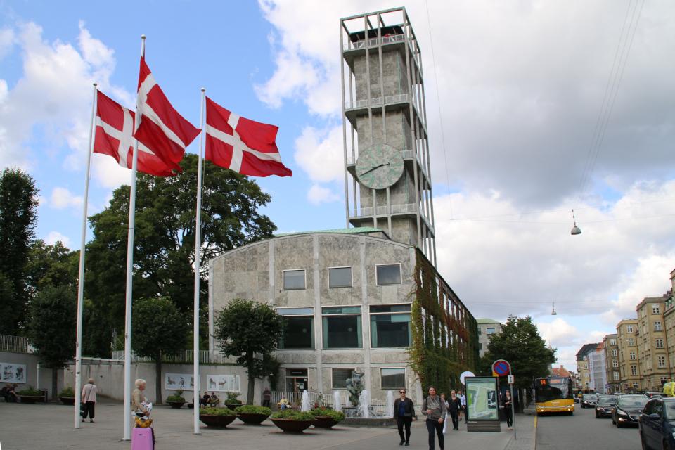 Датские флаги Даннеброг возле здания ратуши