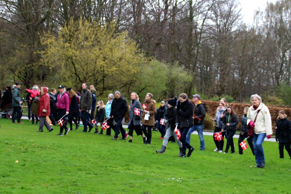 Люди подходят ко дворцу Марселисборг на день рождения королевы Маргрете II