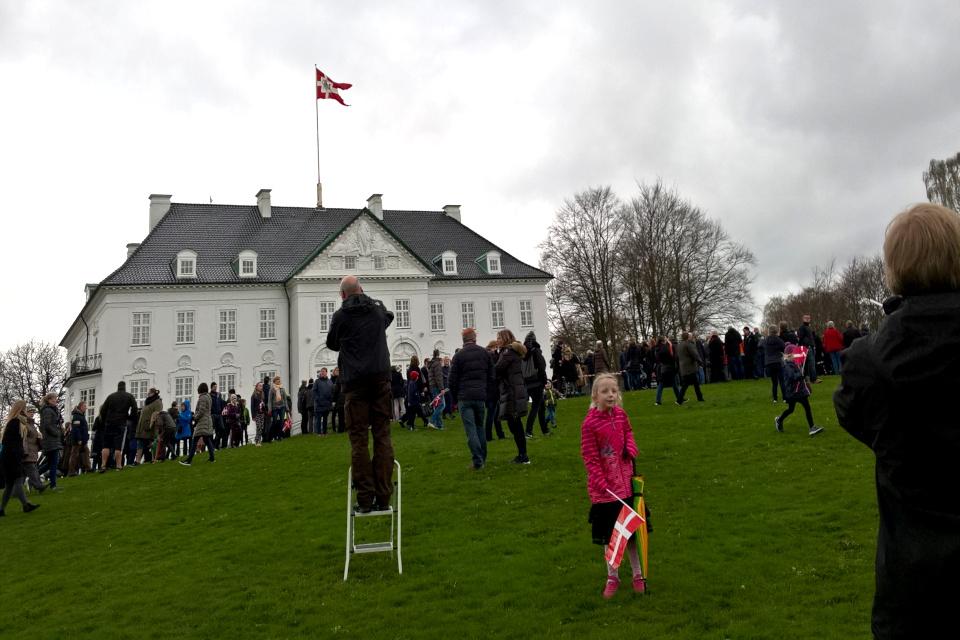 Флаг королевы Маргрете II украшает ее дворец Марселисбор