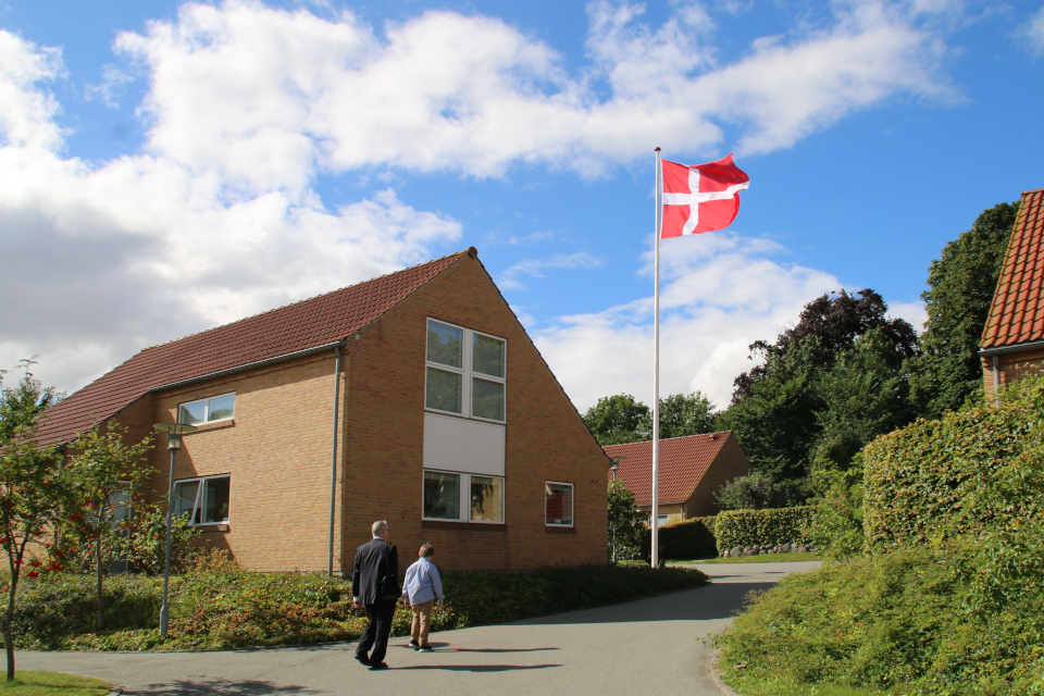 Флаг Дании Даннеброг около жилищного комплекса
