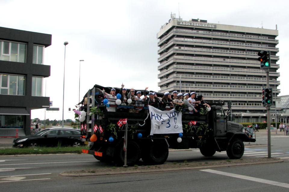 Выпускники гимназии разъезжают по городу открытых грузовиках