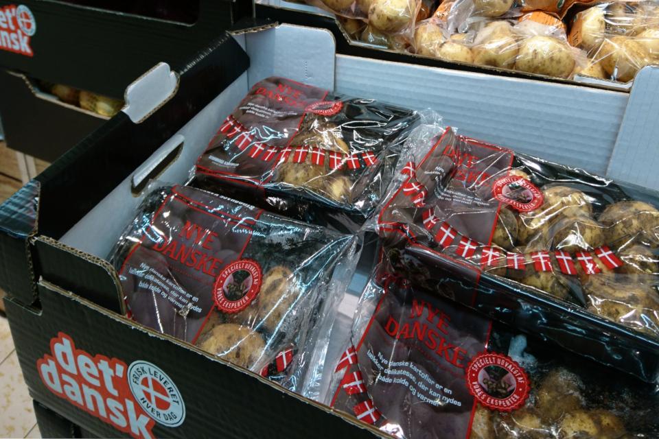 Гирлянды из флажков украшают упаковки датского картофеля