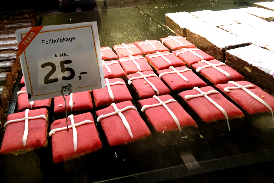пирожные с датским флагом Даннеброг