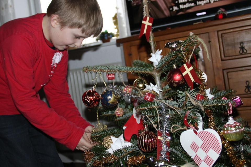 Мой сын украшает рождественскую елочку / пихту