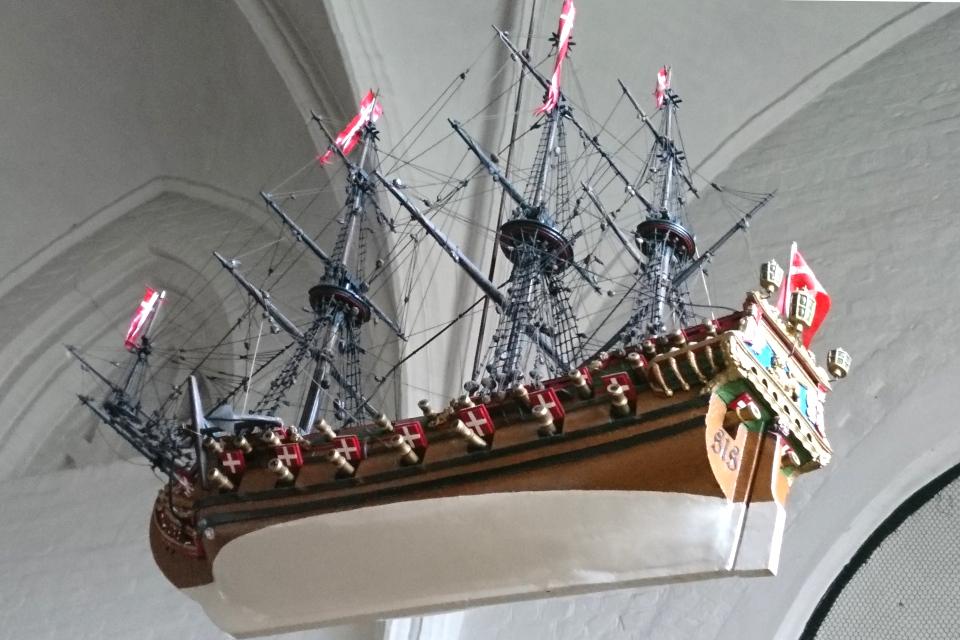 Копия военного корабля украшает старую церковь в г. Хорсенс, Дания