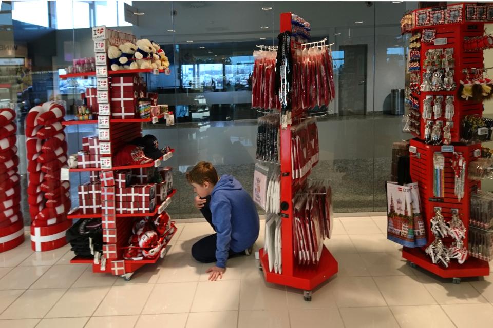Магазин сувениров в международном аэропорту г. Ольборг, Дания