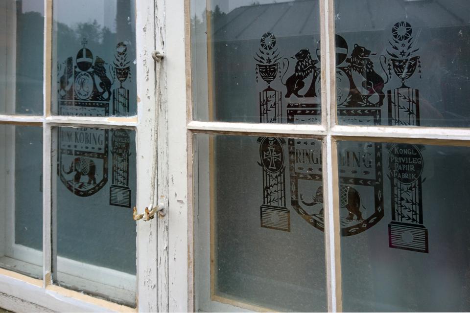 Окна офисных зданий, украшенные фамильными гербами династии Брунсхоб