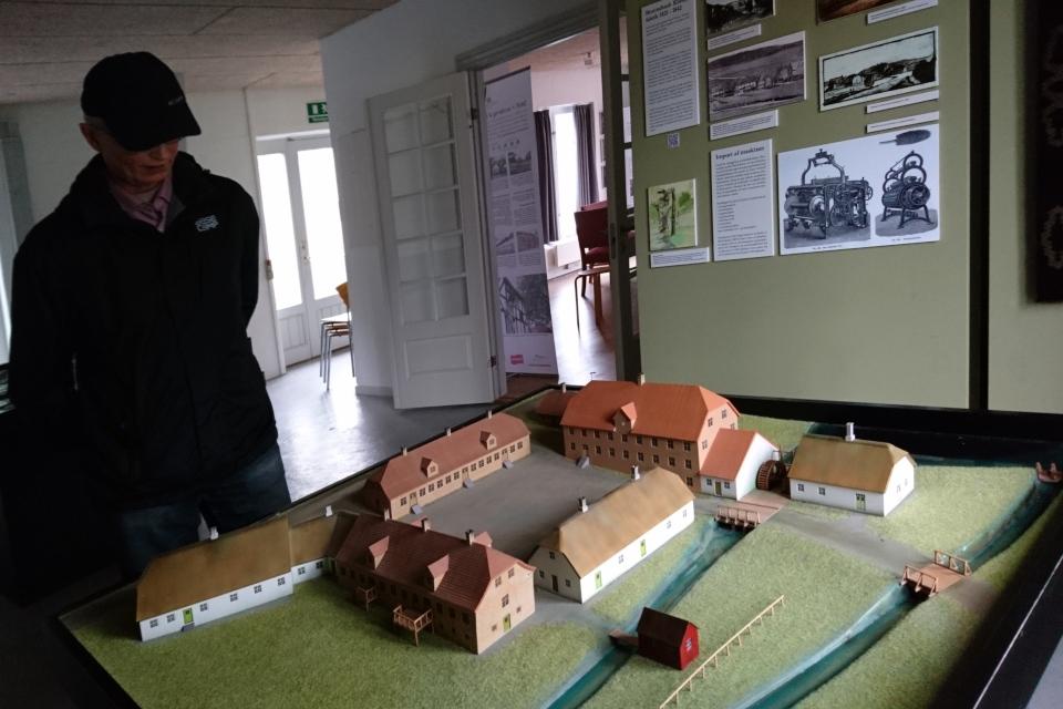 Макет фабрики с производственными и жилыми помещениями для рабочих