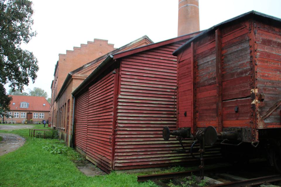 Старый склад и железнодорожный вагон